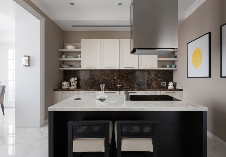 Из кухни предусмотрен выход в постирочную и кладовую.