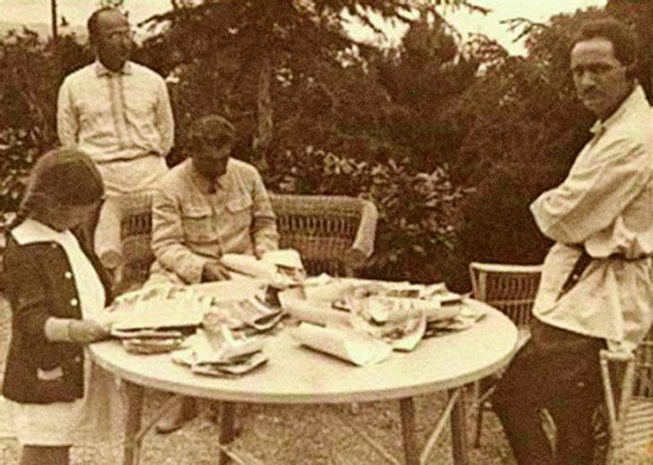 Сталин, Лакоба и Берия. Девочка— дочка Сталина Светлана