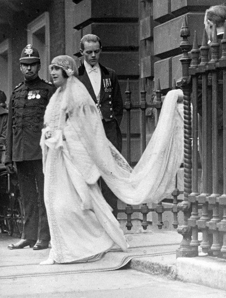 Фото №2 - Самые знаменитые свадебные платья Виндзоров: неудачные, смелые и даже бодипозитивные