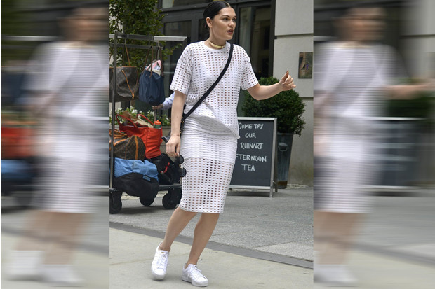 Фото №2 - Звездный тренд: Белая юбка
