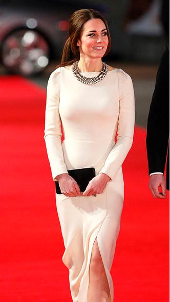 Фото №7 - Как королевские особы одеваются на кинопремьеры: самые роскошные выходы, которые вошли в историю