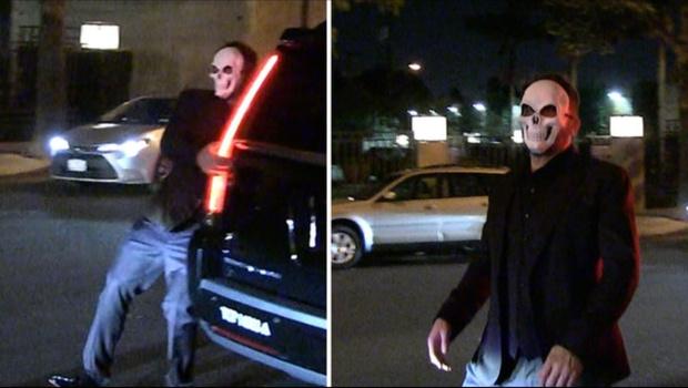 Фото №1 - Пьяного Бена Аффлека подловили шатающимся по улице в маске черепа (видео)