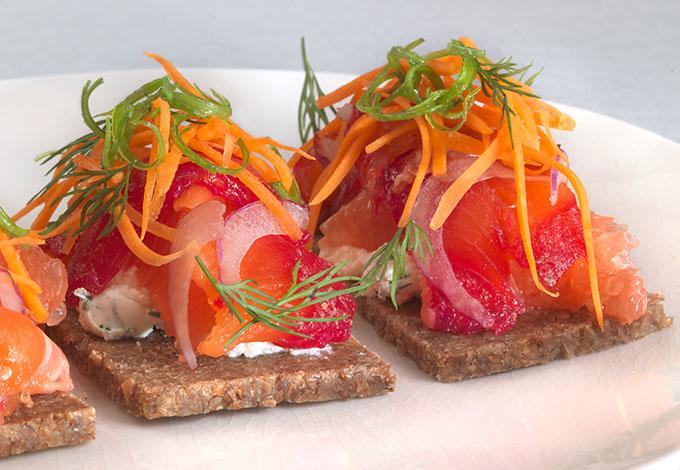 Свекольный гравлакс с творожным сыром и розовым грейпфрутом