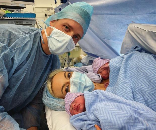 <p>Розанна Дэвисон с супругом и новорожденными близнецами</p>