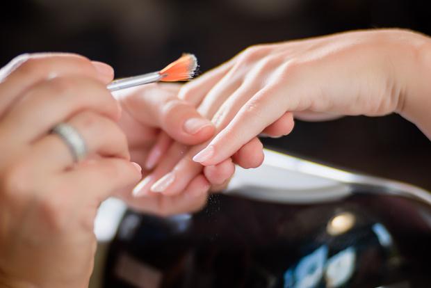 Фото №1 - Как наносить пудру на гель-лак