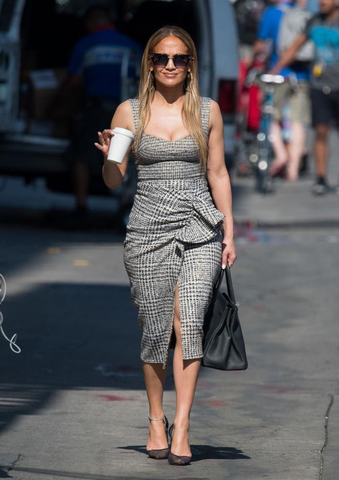 По фигуре: Дженнифер Лопес в твидовом платье Silvia Tcherassi (фото 1.1)