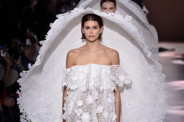 Фото №1 - Пышные свадебные платья и огромные шляпы в коллекции Givenchy