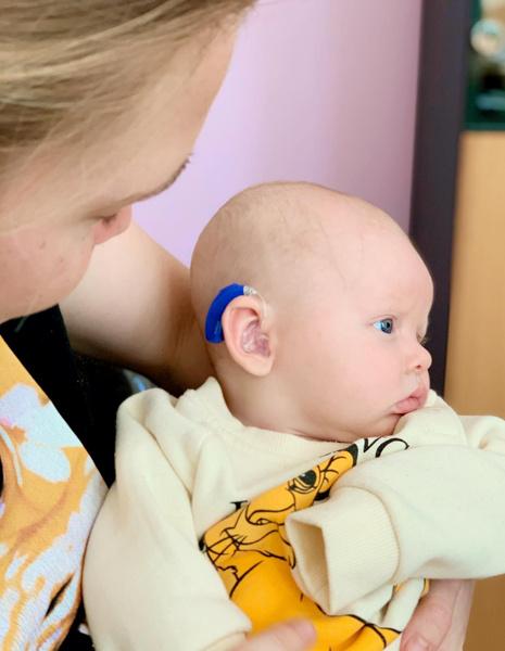 Фото №2 - До слез: родившийся глухим малыш впервые слышит голос мамы