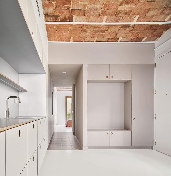 Фото №5 - Белая квартира со сводчатым потолком в Барселоне