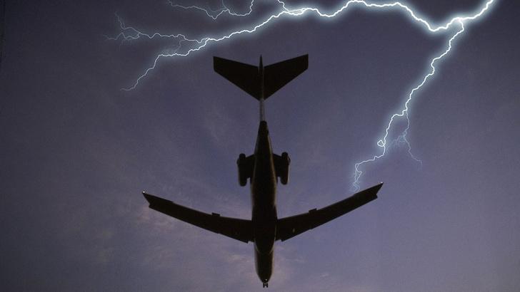 Фото №1 - Почему самолеты не падают от попадания молнии