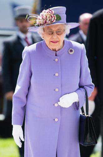 Фото №2 - Зачем Ее Величество надела темные очки