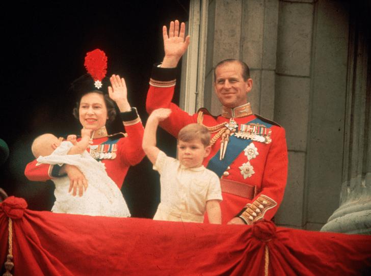 Фото №1 - Любимая внучка Ее Величества: как королева демонстрирует особое отношение к Луизе Виндзор