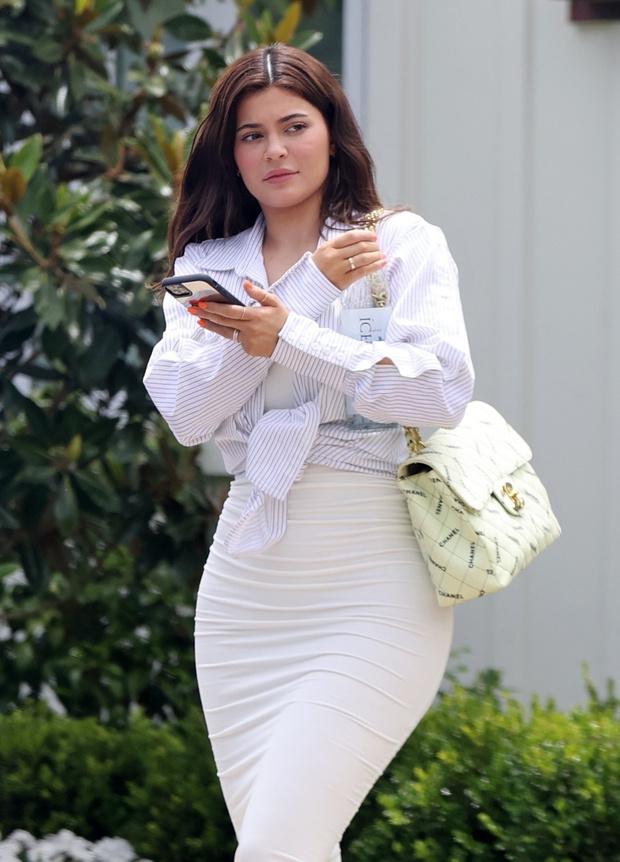 Фото №2 - «Опасная» облегающая юбка + офисная рубашка: неожиданно строгий образ Кайли Дженнер