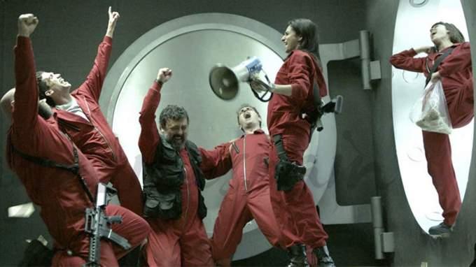 Фото №1 - Наконец-то мы знаем, когда выйдет 5 сезон сериала «Бумажный дом» 🥳