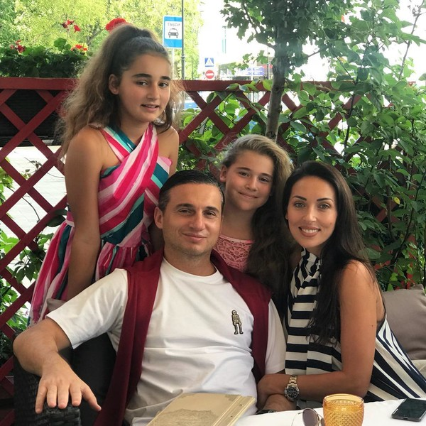 Фото №3 - «Жаль, ни одна на маму не похожа»: Алсу показала редкое фото с дочками