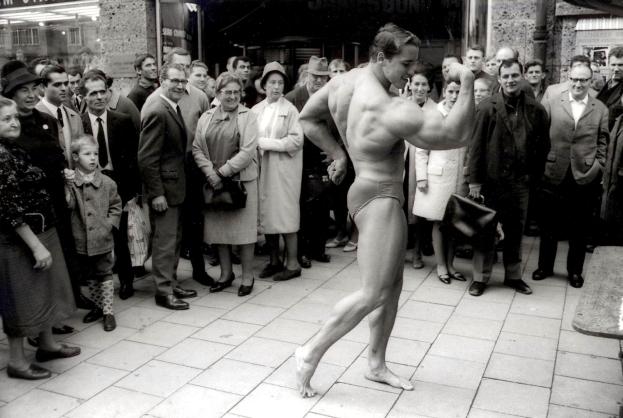 Фото №2 - Сын Арнольда Шварценеггера повторил знаменитое фото своего отца, и он его точная копия