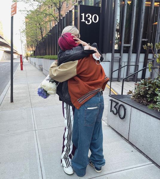 Фото №1 - «Коротко и ясно»: Иван Ургант впервые показал фото поцелуя с женой