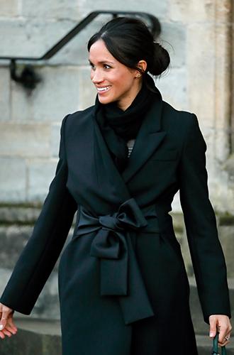 Фото №2 - С подтекстом: почему каждая вещь в наряде Меган Маркл в Уэльсе – это модное заявление будущей герцогини
