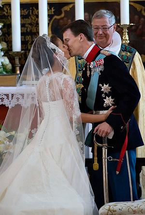 Фото №50 - Самые трогательные моменты королевских свадеб (о Гарри и Меган мы тоже не забыли)