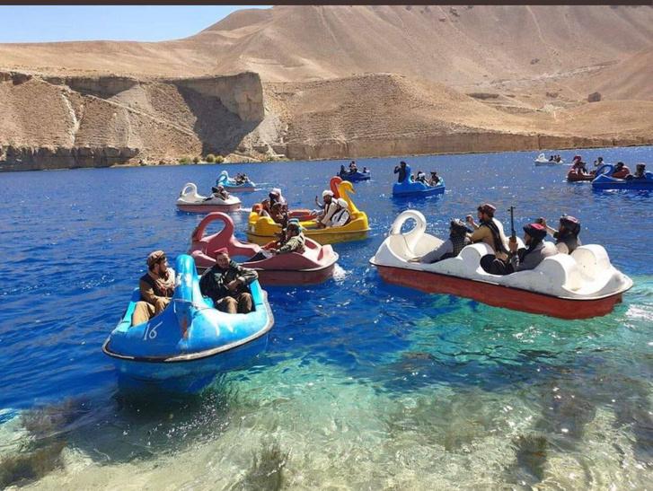 Фото №1 - Зоопарк, катание на лодочках и не только: как талибы развлекаются в захваченном Афганистане (фото реальные)