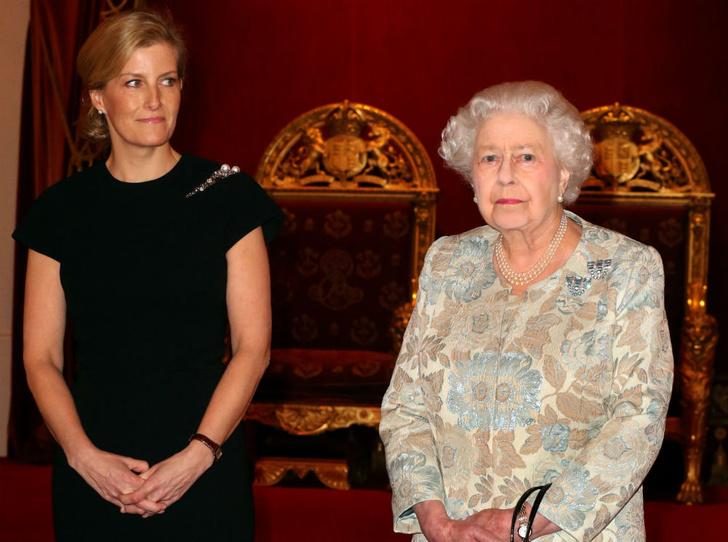 Фото №1 - Подражая монарху: в чем Софи Уэссекская копирует Королеву (и почему)