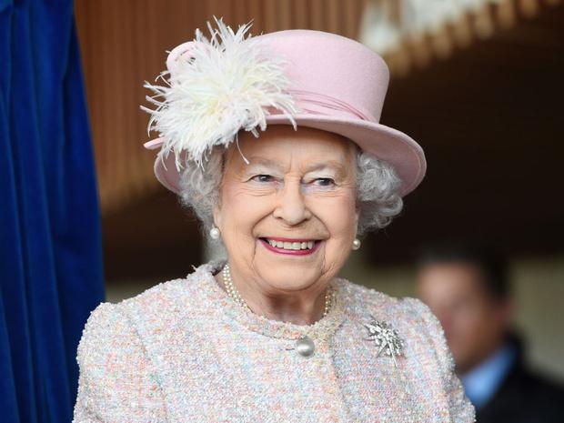 Фото №1 - Образ монарха: два важных аксессуара, без которых Королева не выходит из дома