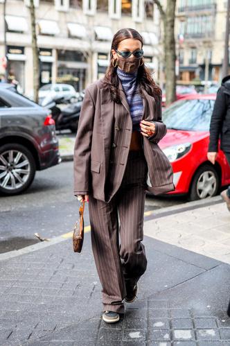 Фото №1 - Wet hair, аквамариновые очки и кроп-водолазка: Белла Хадид точно знает, как оказаться в центре внимания