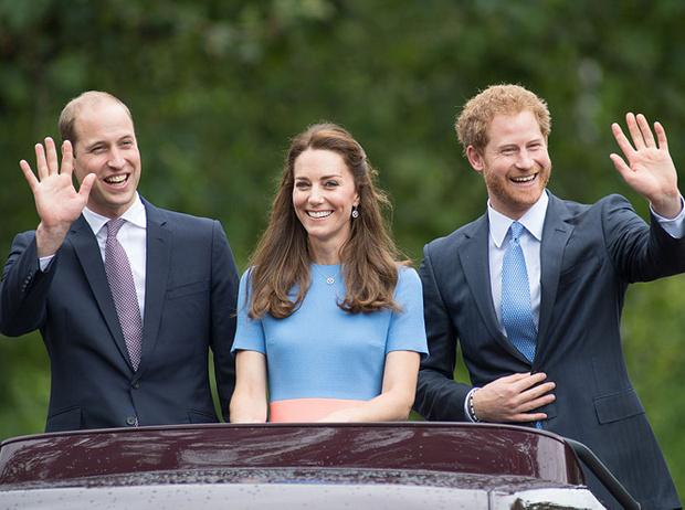 Фото №9 - Братья, соперники, наследники: как менялись Уильям, Гарри и их отношения с годами