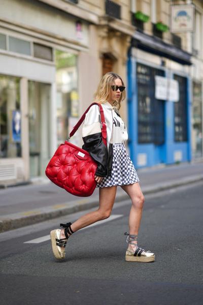 Альмудена Лапик с сумкой-подушкой