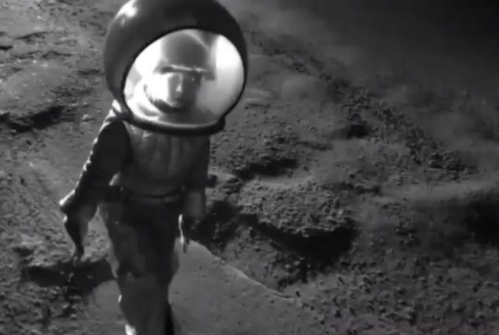 Фото №1 - 6-летняя девочка из Перми «высадилась на Луну», чтоб обратить внимание властей на проблемы с дорогами (видео)