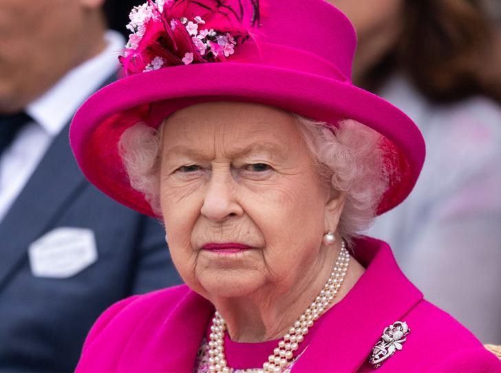 Фото №1 - С Королевой Елизаветой вновь случился конфуз (но она осталась невозмутимой)