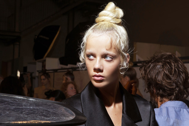 Фото №1 - Секреты макияжа, которые помогут сделать нос тоньше
