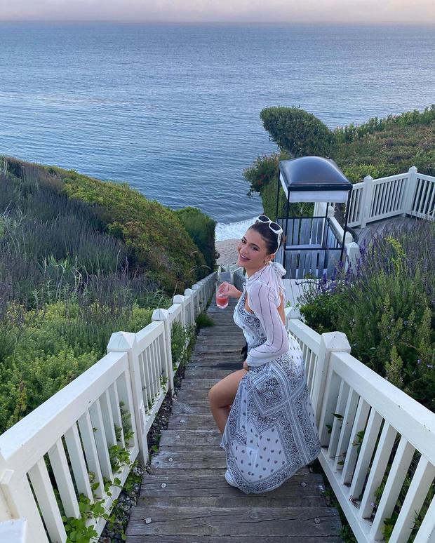 Фото №1 - Из пены морской: Кайли Дженнер в воздушном платье с принтом