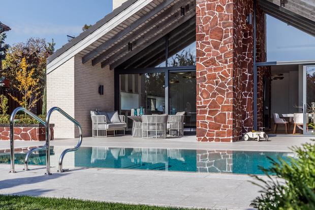 Фото №2 - Светлый дом с бассейном для большой семьи