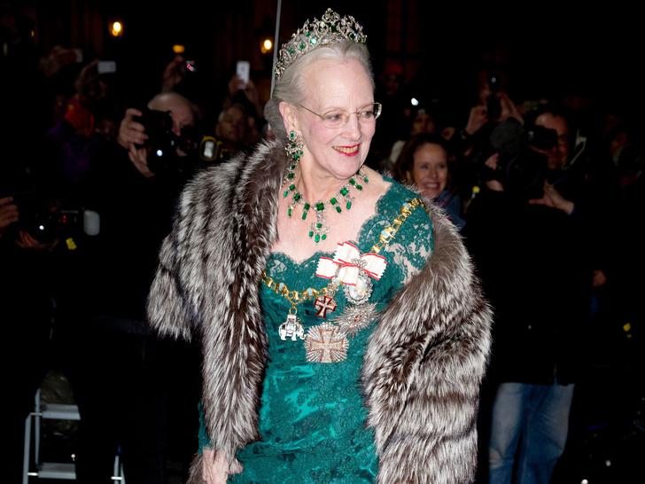 Фото №2 - Битва драгоценностей: у какой европейской королевы украшения дороже и роскошнее, чем у Елизаветы