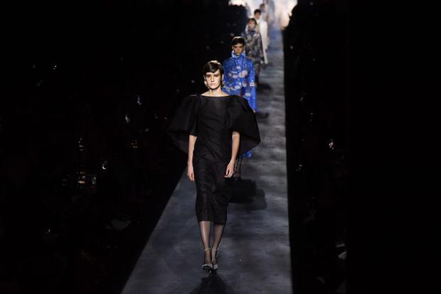 Фото №1 - Строгие костюмы и платья для герцогинь в коллекции Givenchy