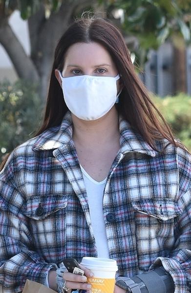 Фото №2 - В маске и без макияжа: располневшую Лану Дель Рей застали на прогулке