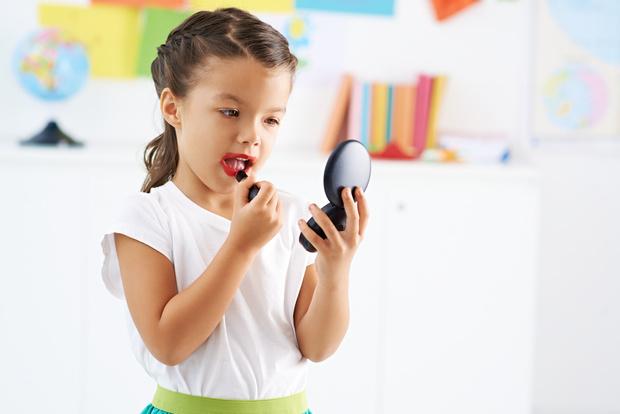 Фото №1 - Вопрос дня: Боюсь показаться перед мальчиками без макияжа. Как себя перебороть?