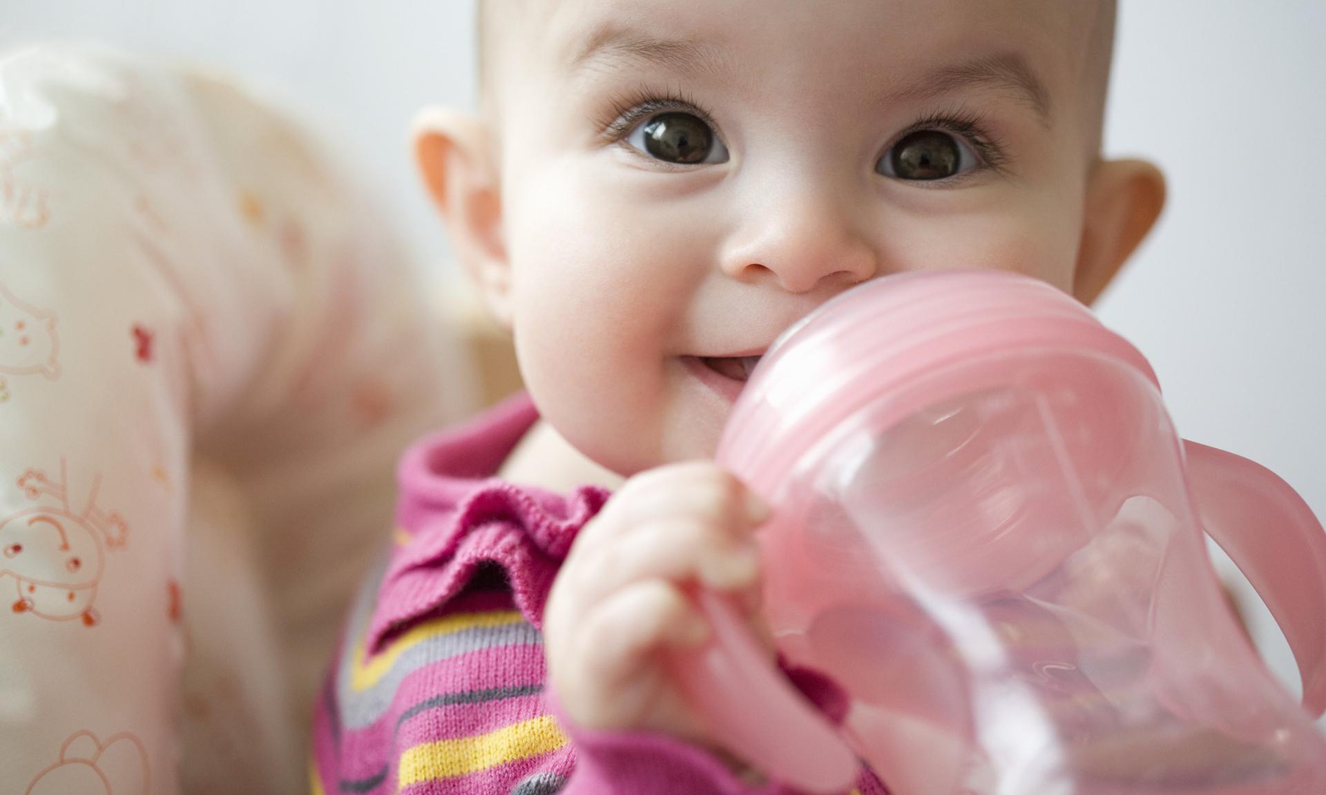 Питье для младенца: надо ли давать воду грудничку