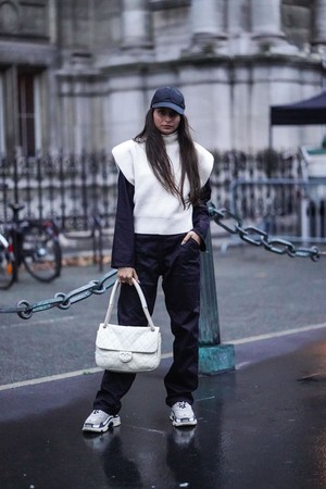 Фото №3 - Как носить спортивные штаны: четыре классных зимних образа