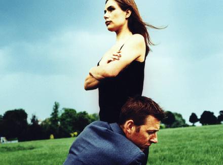 Мужчина обнимает женщину за ноги