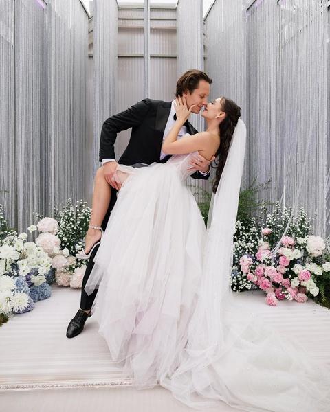 Фото №1 - Приглашение-кристалл и три образа невесты: продюсер блогеров Настя Пикси с мужем потратила на свадьбу 26 млн рублей