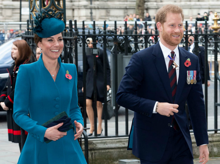 Фото №2 - Принц Гарри неожиданно появился на службе с Кейт (и дал новый повод для обсуждений)