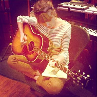 Фото №2 - Тейлор Свифт показала фото из студии
