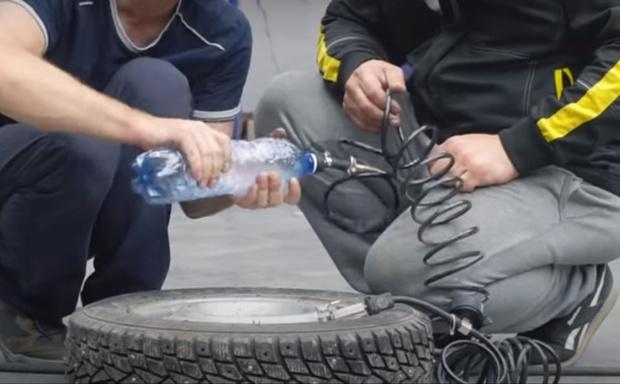 Фото №1 - Эксперимент: можно ли накачать колесо автомобиля пластиковой бутылкой? (видео)