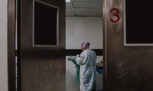 Фото №1 - Главный санврач Петербурга разрешила медикам работать по совместительству, а стационарам – пускать сиделок к тяжелым пациентам