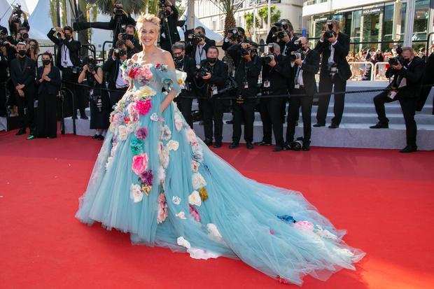 Фото №1 - Распустилась: 63-летняя Шэрон Стоун вернулась в Канны в платье королевы