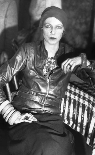 Фото №4 - Гипнотическая Нэнси Кунард: как одевалась самая модная активистка XX века
