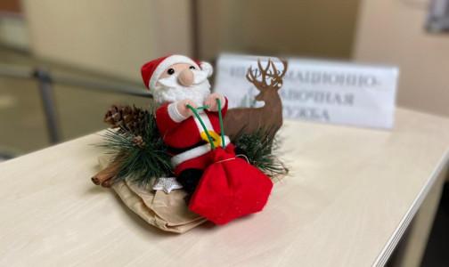 Фото №1 - Эпидемия не отменяет Новый год. В больницах Петербурга нарядили елки