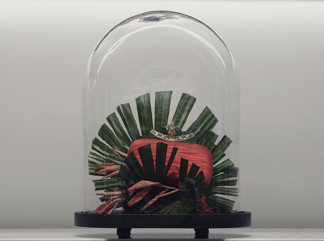 Фото №1 - Под куполом: архивные аксессуары Alexander McQueen